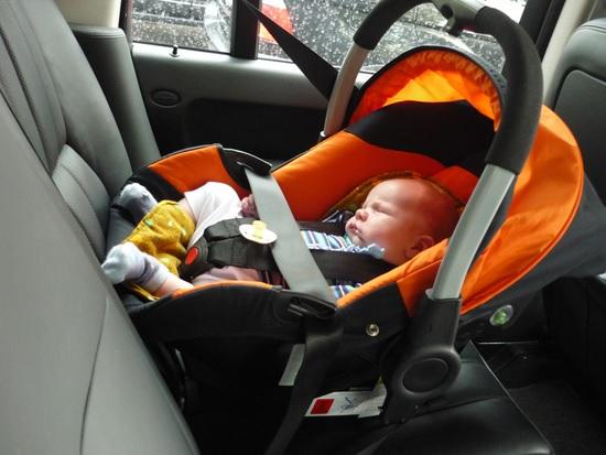 Не вредно ли сажать новорожденного в автокресло 66